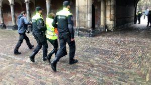 Een demonstrant met een geel hesjes op het Binnenhof wordt afgevoerd.